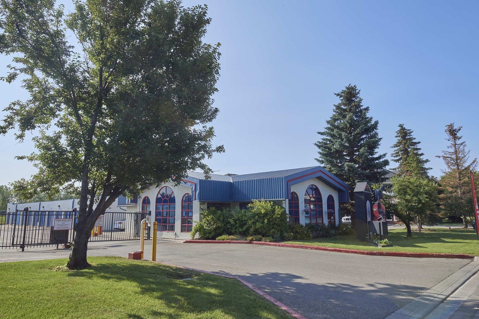 Rent Calgary storage units at 5950 12 St SE. We offer a wide-range of affordable self storage units and your first 4 weeks are free!